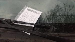Strafzettel an Auto (Vorderseite)